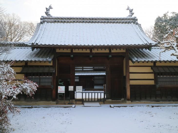 雪を被った表門