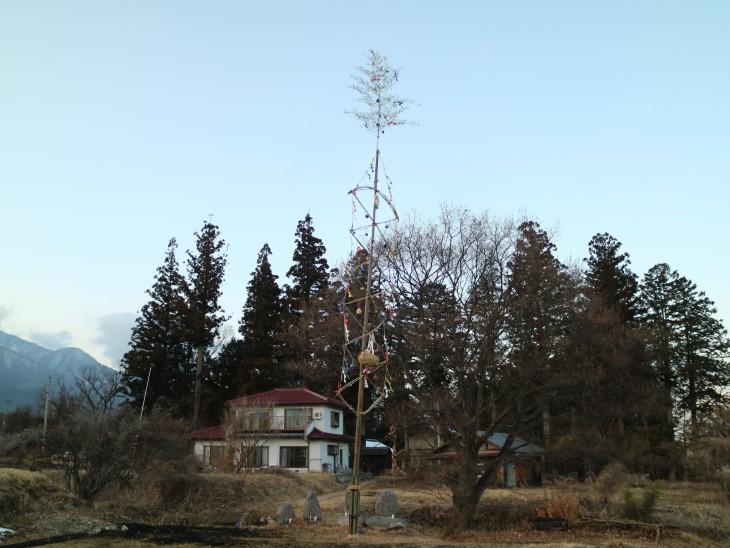 塚原巾上の御柱。近くには道祖神碑など4基の石碑が祀られている