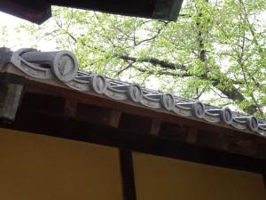 塀に並ぶ軒瓦の家紋
