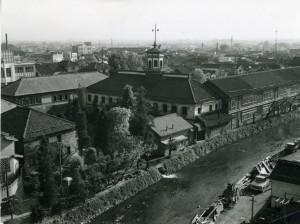女鳥羽川沿いの校舎