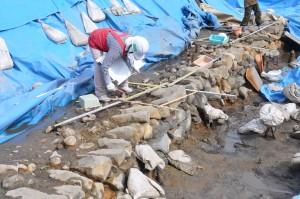 松本城三の丸跡土居尻第9次 近世水路跡の実測風景