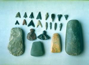 縄文時代の石器(左端下段が打製石斧)