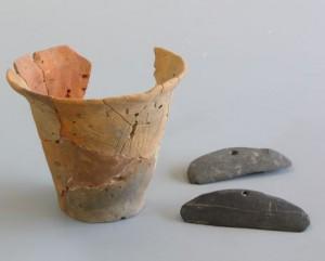 籾痕のある土器と石包丁(宮渕本村遺跡出土)