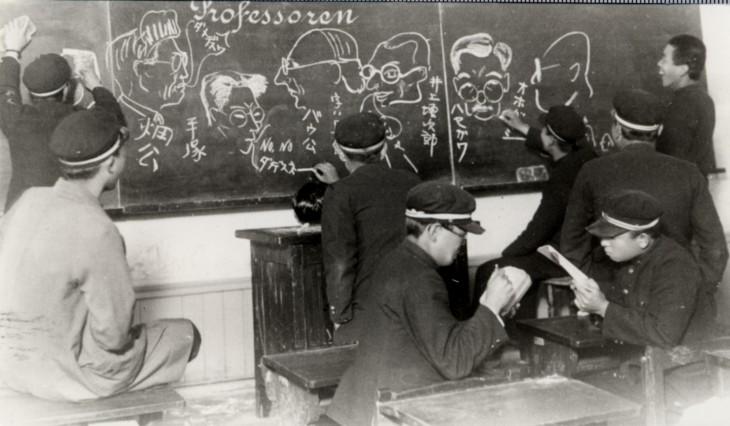 黒板に教授似顔絵