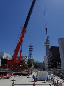 吊り上げられる柱。実は重量15トン!