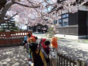 幼稚園児も桜と建物を見学しました