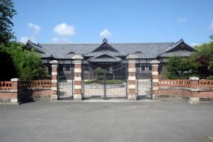 煉瓦造の正門と建物正面