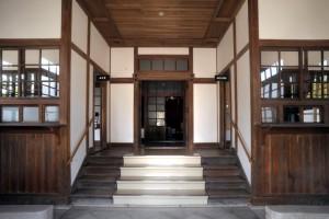 両側に受付のある玄関