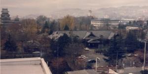 右奥に松本城天守がそびえる(昭和52年)