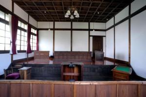 判事等の席が上段にある支部訟廷