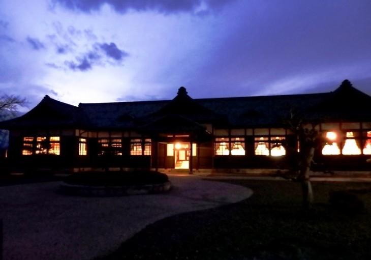 夜の旧松本区裁判所庁舎