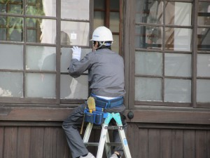 窓ガラスの交換。新しいガラスが入ります。