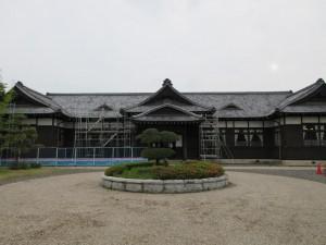 足場の建設が始まった旧松本区裁判所庁舎(正面)