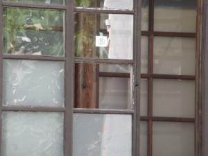 窓ガラスの交換。ガラスが外れました。
