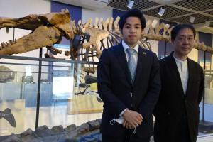 化石館館長(右)と学芸員(左)の写真